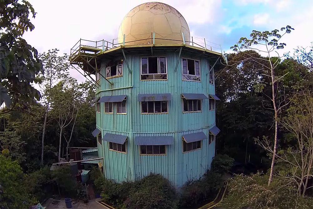 Панама, экоотель в радарной башне Canopy Tower. Отель расположен в нацпарке Соберанья, посреди тропического леса, в полукруглых номерах с панорамными окнами. Парк — место паломничества орнитологов со всего мира. Ко всему прочему недалеко от отеля есть парк с потрясающими бабочками и орхидеями. Цены: от $176/сутки за двухместный номер.