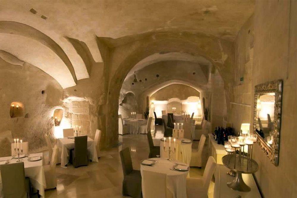 Италия, пещерный отель Sant'Angelo Luxury Resort. Находится в городке Матера, старая часть которого выдолблена в скале и является объектом ЮНЕСКО. Здесь, в древнем ущелье, находится отель Sant'Angelo Luxury Resort. Несмотря на пещерные интерьеры в номере, у вас будут свечи, удобная постель, изысканная кухня, ванная, художественная галерея и прочие удобства. Цены: от €230/сутки за стандартный двухместный номер.