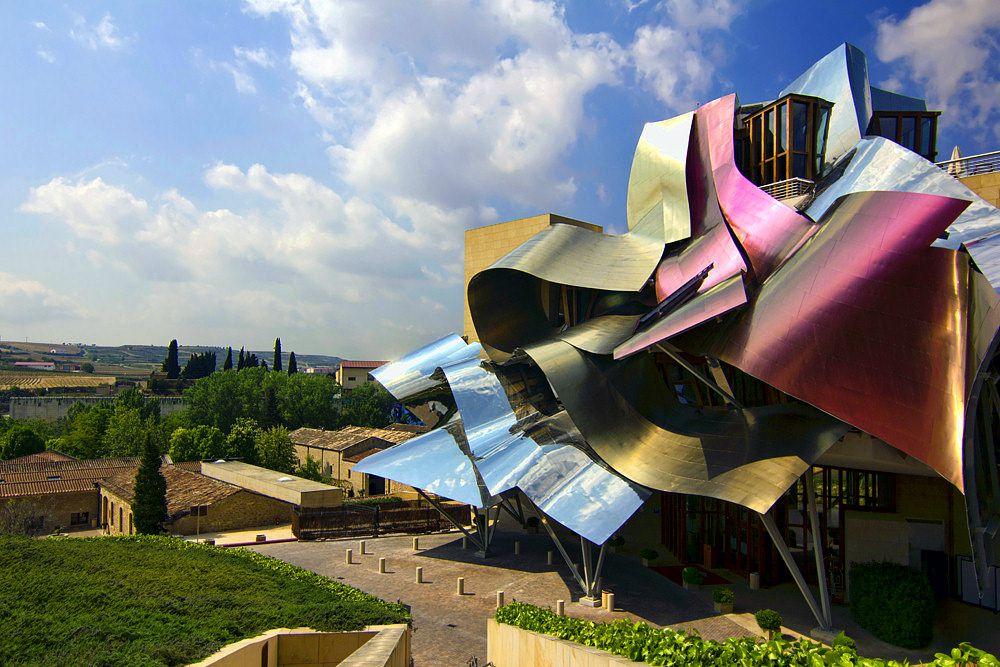 Marques de Riscal — муниципалитет Эльсьего, Испания. Создан в 2006 году по проекту канадца Фрэнка Гэри — одного из крупнейших архитекторов современности, признанного мастера в стиле деконструктивизма. Помимо смелых архитектурных форм, «изюминкой» отеля являются высококлассная кухня и собственная винодельня. Цены: от €300 за стандартный двухместный номер.