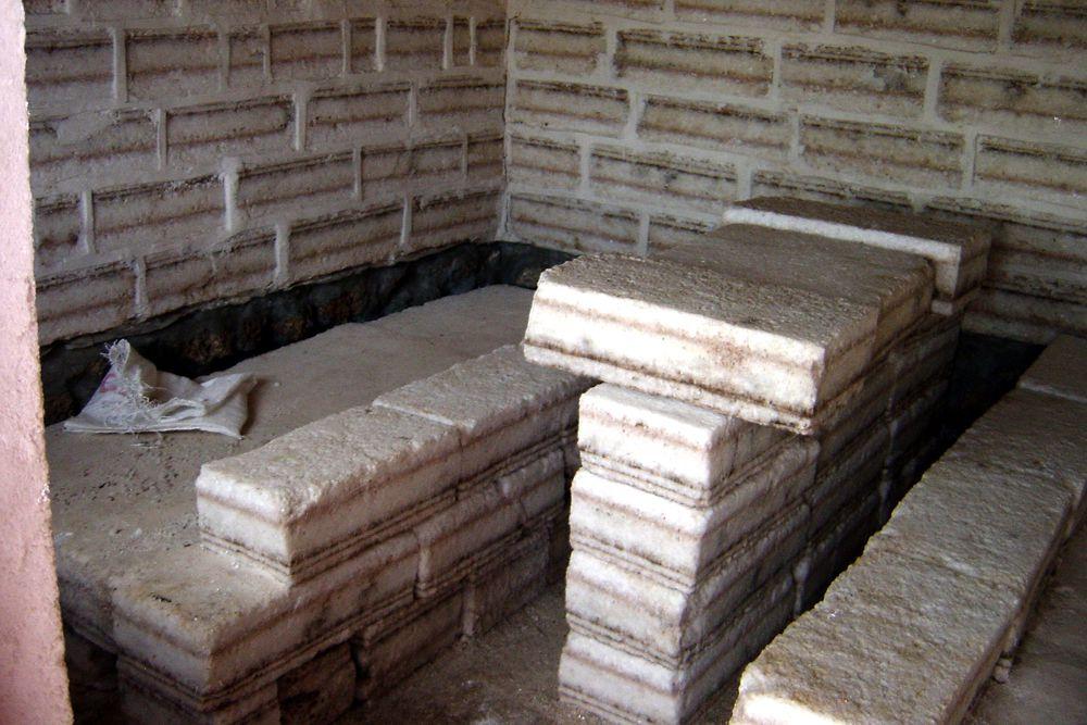 Palacio de Sal — Уюни, Боливия. Расположен на границе с солончаком Уюни на высоте около 3650 метров. Palacio de Sal построен полностью из соляных блоков. Важнейшее правило для постояльцев — не облизывать стены и бережно относиться к выполненным из соли предметам интерьера. Цены: от €100.