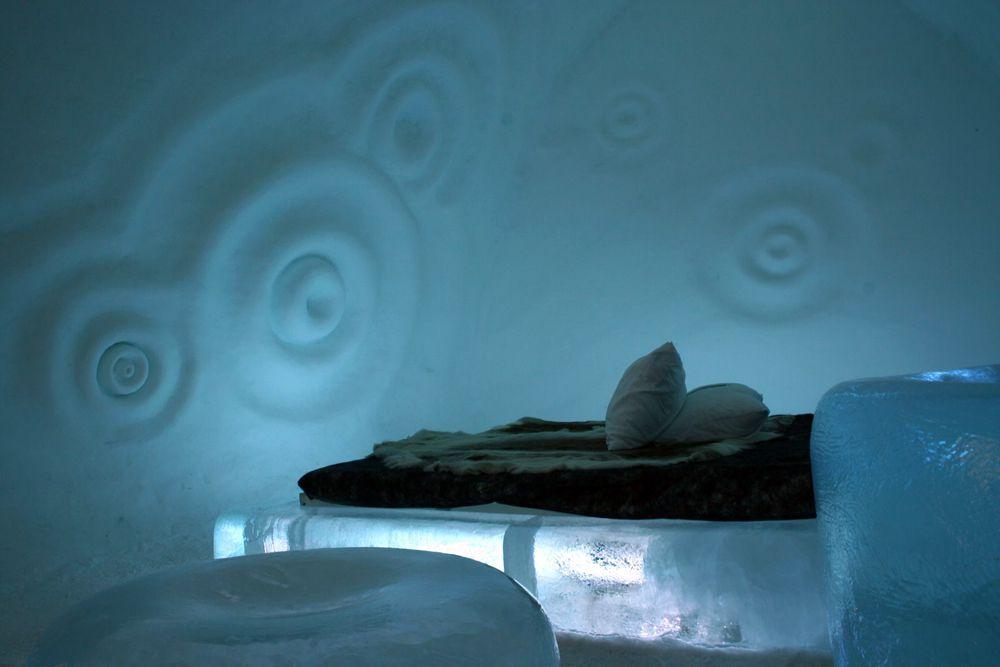 Швеция, ледяной отель The Ice Hotel. В местечке Юккасъярви (200 км к северу от Полярного круга), есть The Ice Hotel, который каждый год строят заново изо льда и снега художники. Сидеть придется на ледяных стульях, спать — на ледяных кроватях: на настоящих оленьих шкурах, в спальниках, термобелье и шапке. Говорят, внутри никогда не бывает ниже -7 градусов. Поскольку каждую весну отель тает (проект существует уже 20 лет), летом здесь можно жить в уютных деревянных шале и ловить рыбу в ближайшей речке. Цены — от €250.