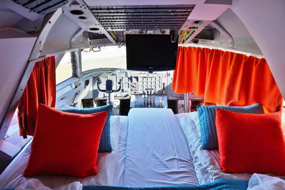 Jumbo Stay — Стокгольм, Швеция. Это Boeing 747−200, переоборудованный в экономичный отель. Здесь можно переночевать, например, в кабине пилотов, где оборудован люкс с панорамным видом на аэропорт Стокгольм-Арланда. Цены: от €63.