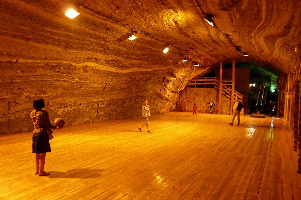 Соляная шахта в польском городке Бохня — старейшее сооружение в Европе. С XIII века здесь добывали каменную соль, а сегодня проводят экскурсии и предлагают остаться на ночь на глубине 250 м под землей. Переночевать можно в двух камерах: Важин и Колдра. Есть свой ресторан, спортзал. Среди необычных услуг — подземное железнодорожное путешествие, переправа на лодках, спуск со 140-метровой горки. Кроме того, микроклимат бохнянской шахты считается лечебным. Цены: (€10–17)/ночь/чел.