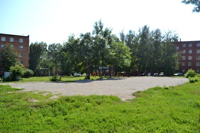 На этом месте дети играли в футбол.