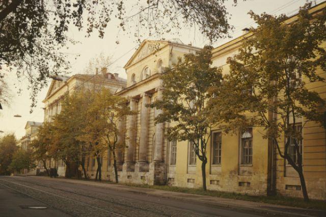Здание госпиталя имени Н.Н. Бурденко со стороны Госпитальной улицы.