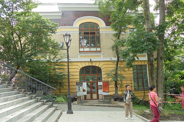 Вход в музей на улице Петра Великого, 6.