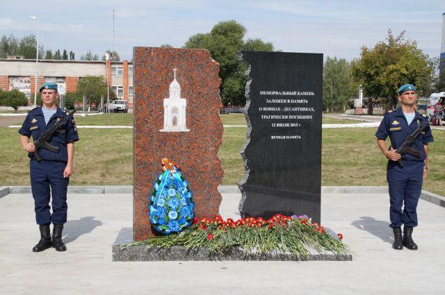 В посёлке Светлый появился мемориальный камень в память о погибших десантниках.