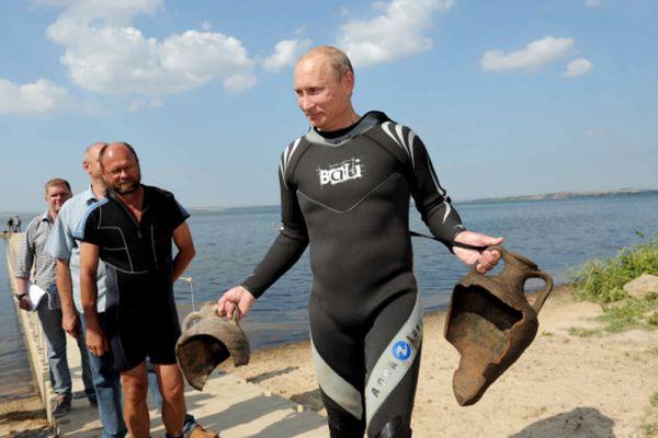 10 августа 2011 года. Владимир Путин обнаружил древние амфоры во время погружения на дно Таманского залива.
