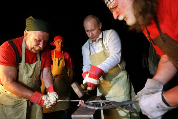 1 августа 2009 года. Владимир Путин посетил этнографическую деревню Дольцы на берегу Ангары, где смог попробовать себя в роли кузнеца.