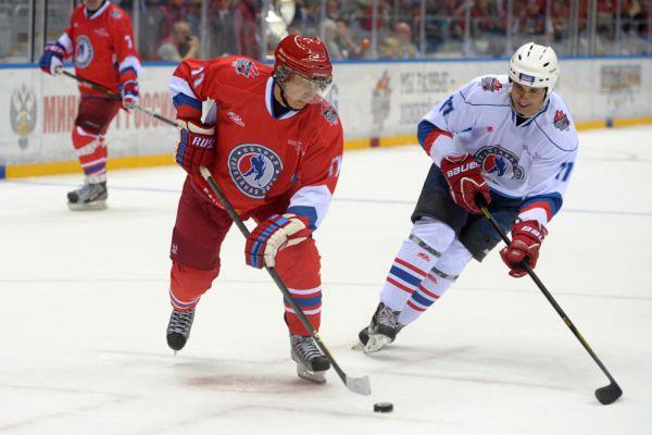 10 мая 2014 года. Владимир Путин во время гала-матча хоккеистов-любителей и звёзд отечественного хоккея, организованном Ночной хоккейной лигой в Сочи.
