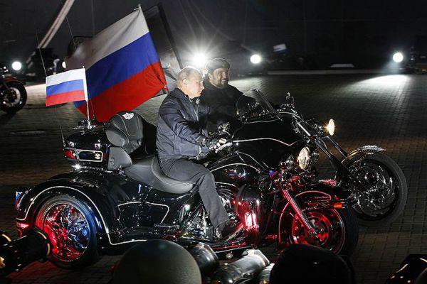 29 августа 2011 года. Владимир Путин прокатился на мотоцикле.