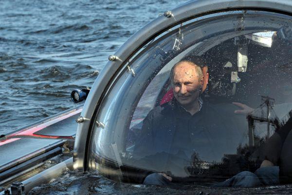 15 июля 2013 года. Владимир Путин после погружения на дно Балтийского моря к месту обнаружения затонувшего в 1869 году парусного винтового фрегата «Олег».