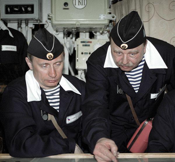 6 апреля 2000 года. Владимир Путин в рубке управления атомной подводной лодки «Карелия».