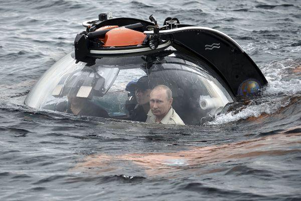 18 августа 2015 года. Владимир Путин совершил погружение на батискафе к затонувшему древнему судну, лежащему в районе Севастополя на 83-метровой глубине.