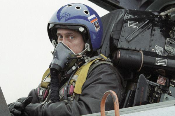 1 марта 2000 года. Владимир Путин в кабине истребителя-перехватчика СУ-27 после совершенного перелета из Краснодара в Чечню для вручения наград российским десантникам.