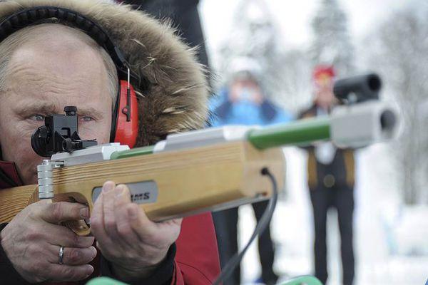 9 марта 2012 года. Владимир Путин попрактиковался в стрельбе из винтовки для биатлона.