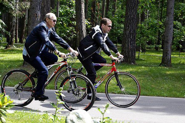 11 июня 2011 года. Владимир Путин на велосипеде.