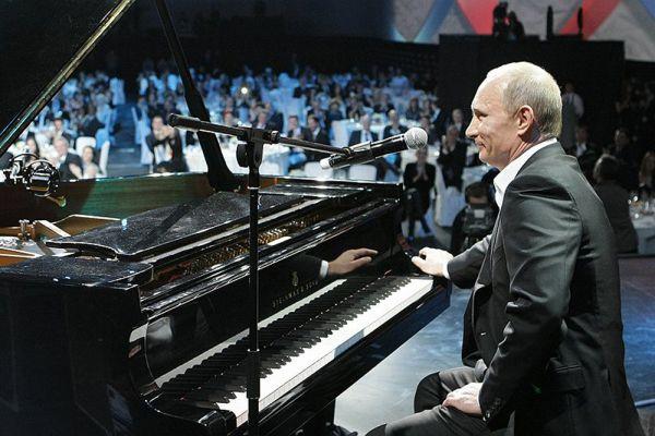 10 декабря 2010 года. Владимир Путин играет на рояле на благотворительном концерте в Ледовом дворце Санкт-Петербурга.