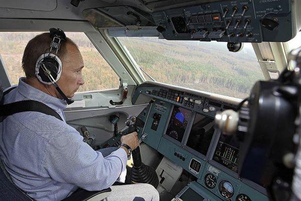 10 августа 2010 года. Владимир Путин за штурвалом пожарного самолета в Рязанской области.