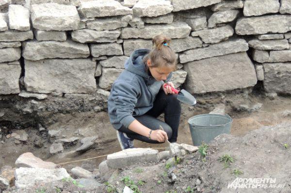 Археологи отделяли монеты из комка слипшихся денег.