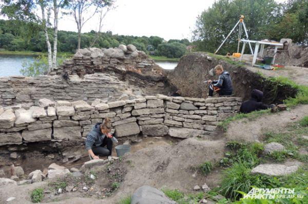 Раскопки на месте Тайничной башни ведутся уже два месяца.