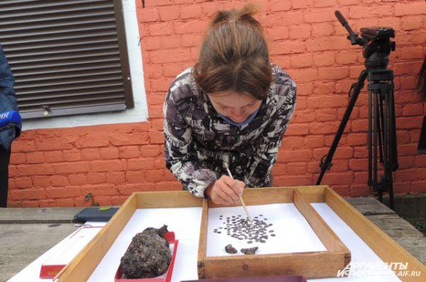 Археологи обнаружили старинные деньги и фрагменты керамики.