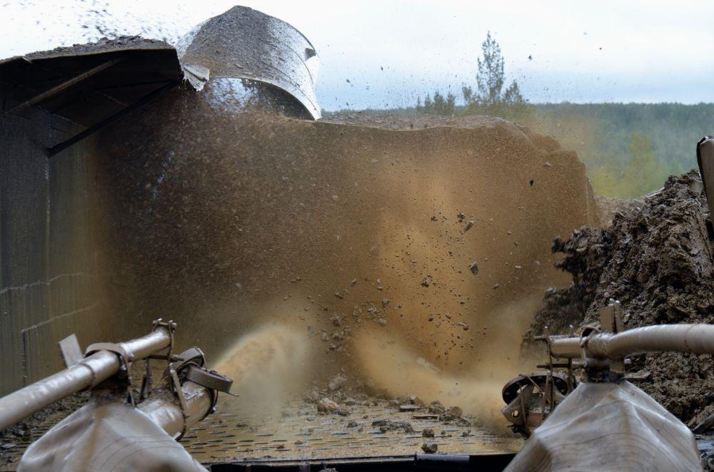 А затем мощными струями воды разбить в грязную жижу, из которой осядет золото