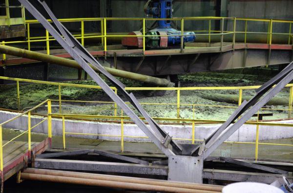 Обогатительный комбинат. Здесь из руды добывают свинцовый и цинковый концентраты