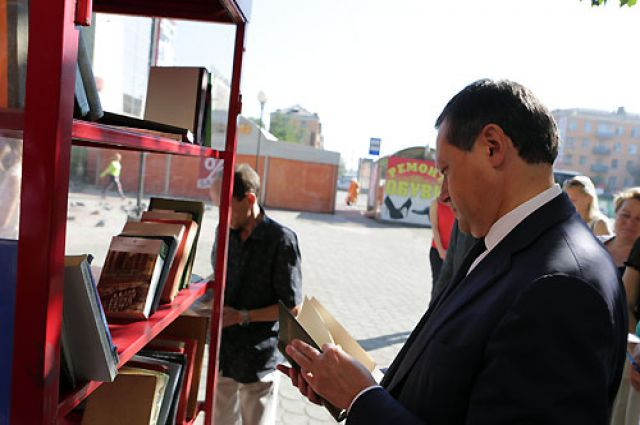 Эдхам Акбулатов у уличного шкафа для буккросинга.