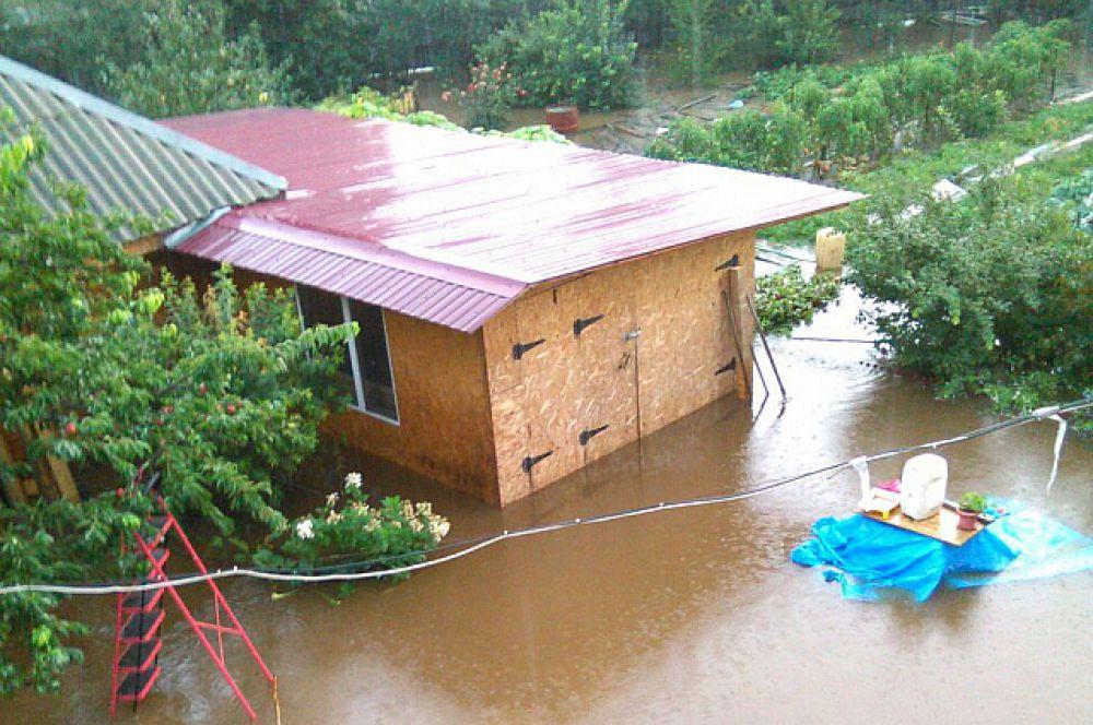 Подвалы домов также залило водой.