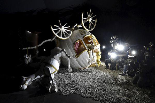 Королевский замок Золушки превратился в заброшенную потрепанную лачугу, а весь пустырь, на месте которого когда-то был парк развлечений, заставлен грубыми металлическими скульптурами, разобранными грузовиками, гигантскими изношенными вертушками - мрачный мирок, созданный воображением гения стрит-арта, чьего лица никто никогда не видел.