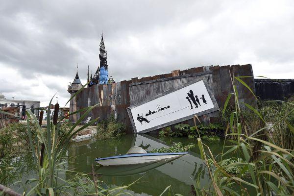 В июне 2013 года граффити «Рабский труд», нарисованное Бэнкси в мае 2012 года в ответ на празднование 60-летия правления королевы Елизаветы II, было продано с аукциона за сумму свыше 750 тысяч евро.