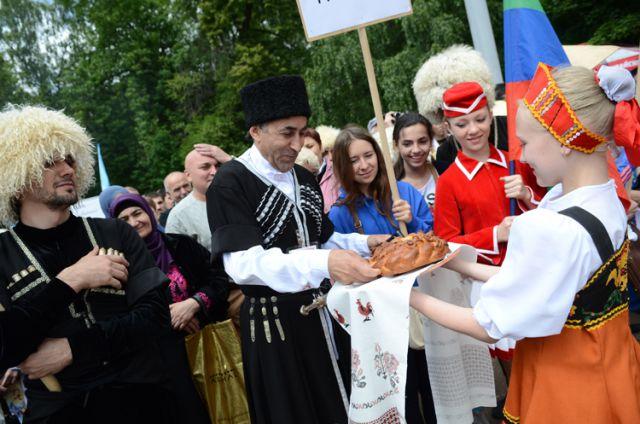 Парад дружбы народов, проходящий в нашем городе ежегодно.