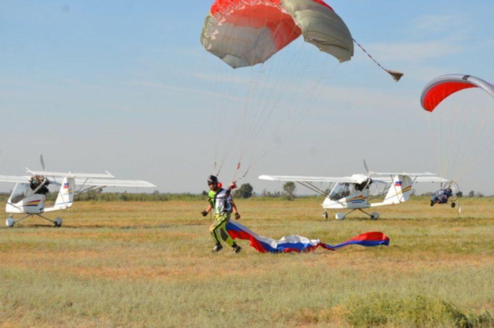 За прошедшие годы авиаклубом подготовлено более тысячи лётчиков, спортсменов и курсантов, более 3000 спортсменов-парашютистов и парашютистов для ВДВ.