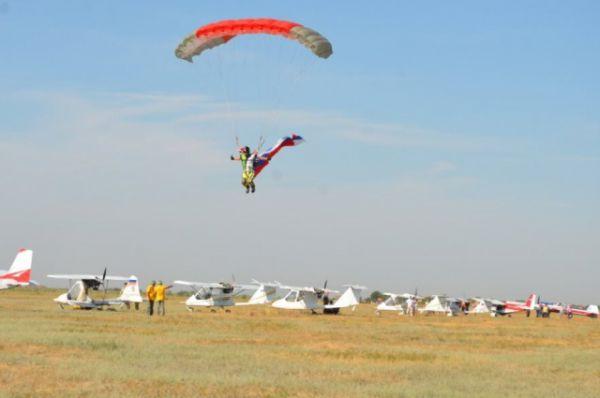 Легко ли шагнуть с самолёта в небо, парить над землёй несколько минут и приземлиться в строго заданную точку?