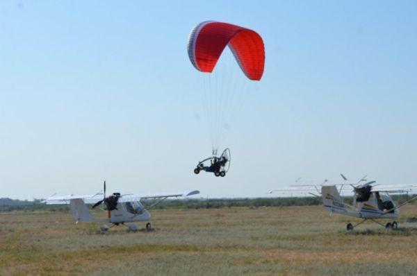 ...захватывающие полёты дельтапланов...