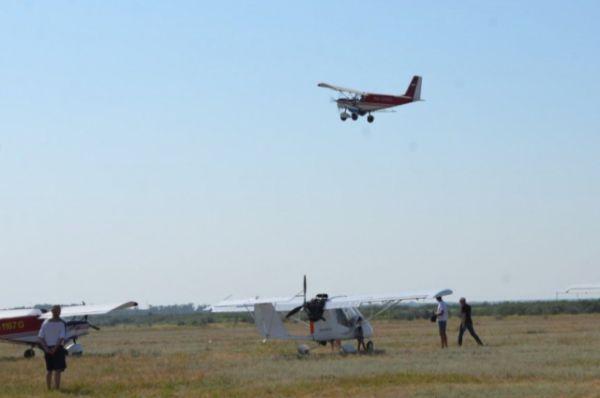 «Як-55» и «Л-39» продемонстрировали показательные выступления с исполением фигур высшего пилотажа.