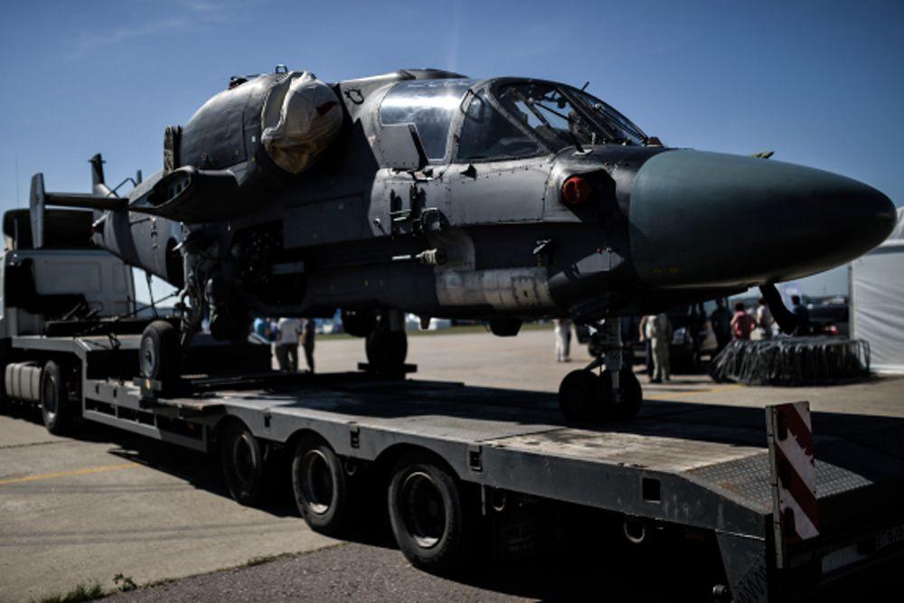 Вертолет Ка-52 везут к месту сборки для участия в генеральной репетиции летной программы торжественного открытия Международного авиационно-космического салона МАКС-2015.