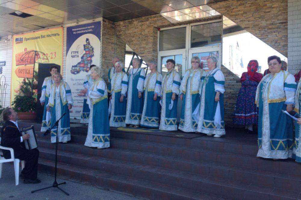 Гостей и участников выставки порадовал песнями творческий коллектив «Селяночка»