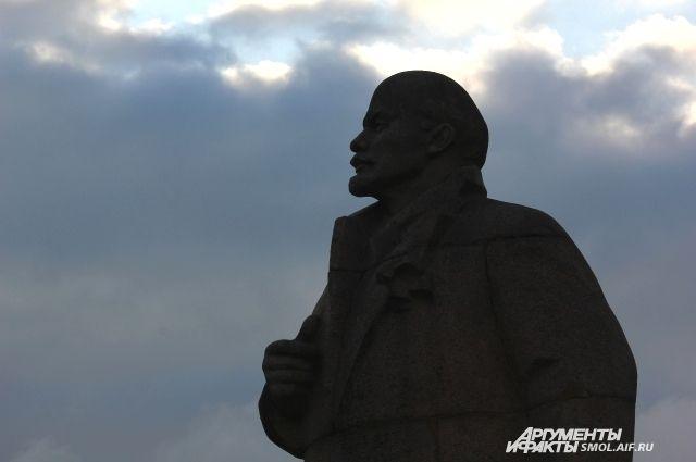 Житель Новосибирска забрался на голову памятнику