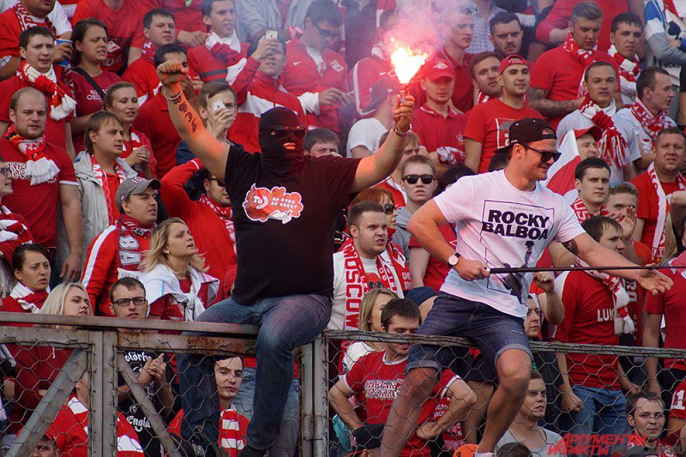 Болельщики столичного клуба часто устраивают представление на трибунах.