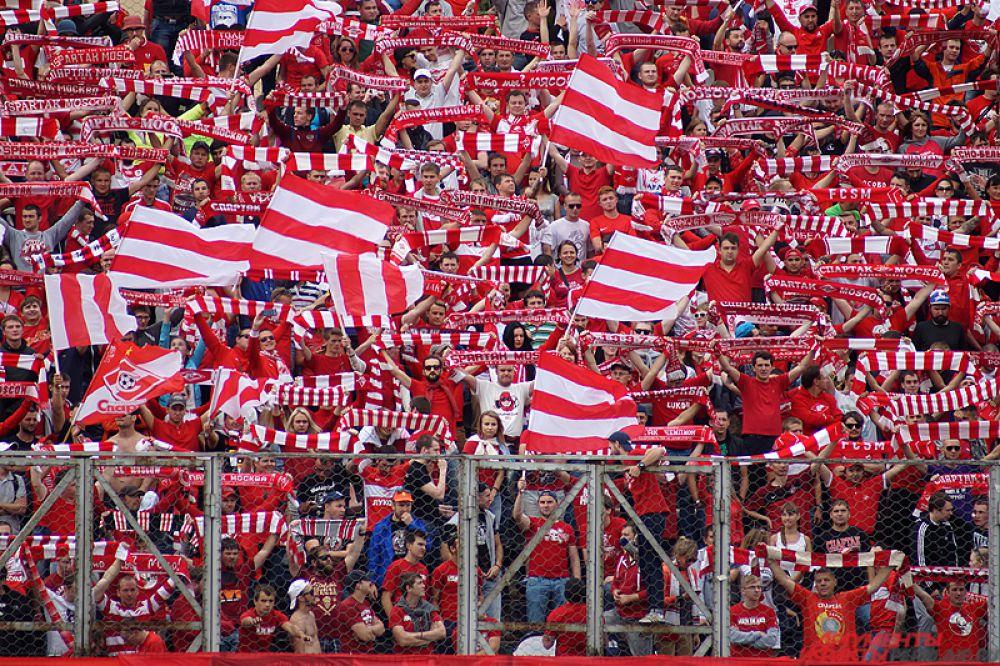 Поддержать любимую команду приехало около двух тысяч болельщиков красно-белых.