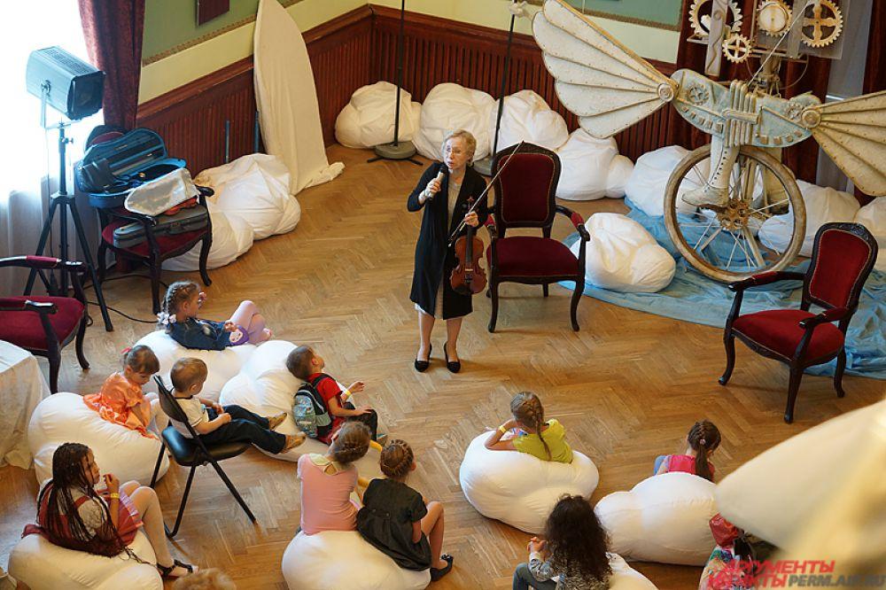 На мастер-классах музыканты театра рассказали о своих инструментах и даже дали на них поиграть.