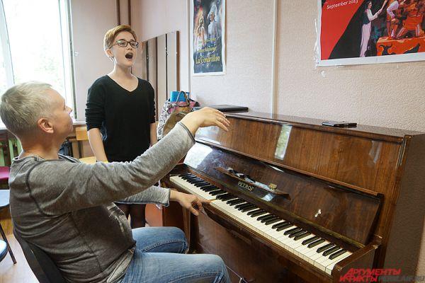 В некоторых комнатах, несмотря на акцию, продолжались репетиции.