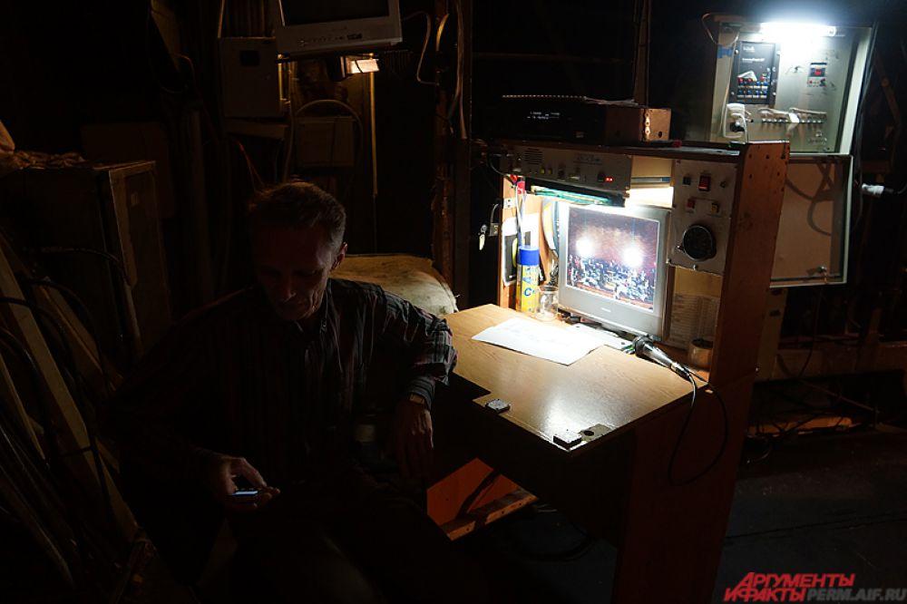 На этом мониторе в режиме онлайн показывали то, что происходит на главной сцене.