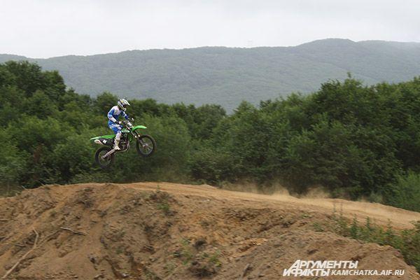 Спортсмены с легкостью взмывают в воздух на своих металлических конях.