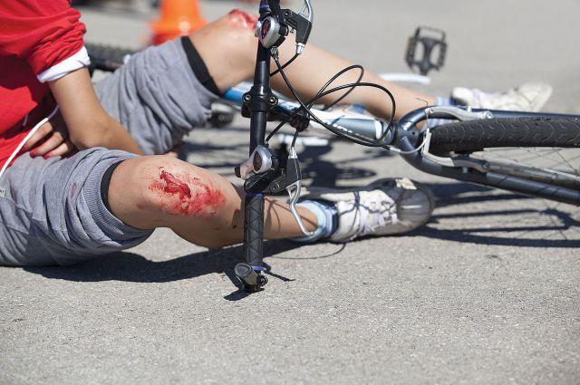 Несовершеннолетний велосипедист попал под колёса автомобиля.