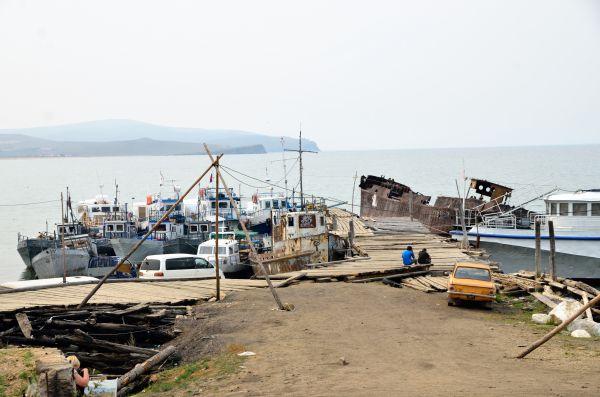 Брошенные корабли у поселка Хужир.