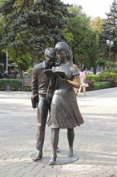 Бронзовые фигуры знаменитых Шурика и Лидочки из фильма Гайдая установлены три года назад напротив здания КубГТУ на ул. Красной. Памятник стал символом краснодарского студенчества.