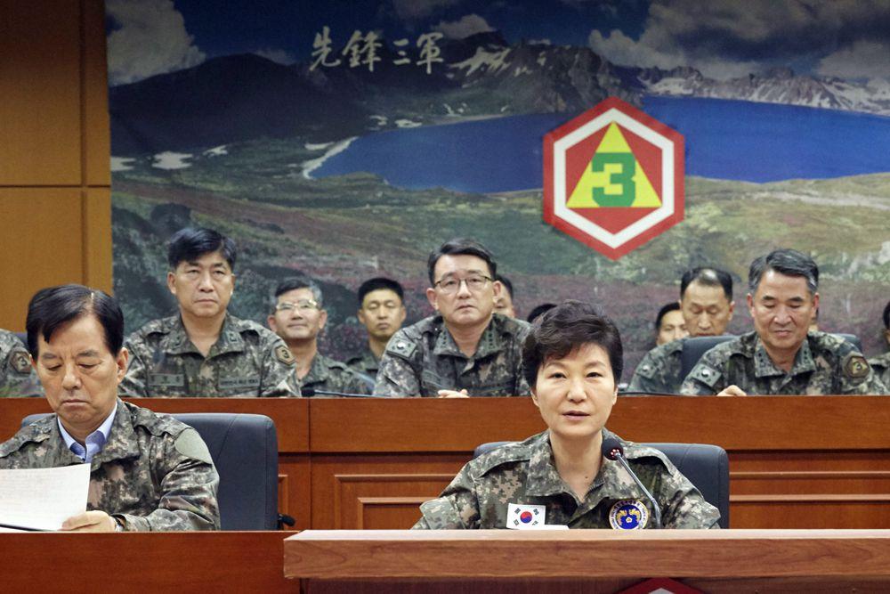 Пак Кын Хе — 11-й президент Республики Корея, на совещании по поводу обострения ситуации на границе с КНДР.